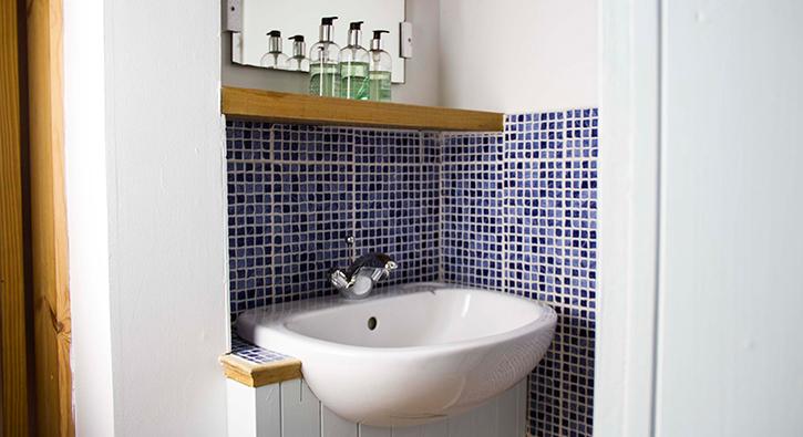 mull-calgary-self-catering-cart-studio-bathroom